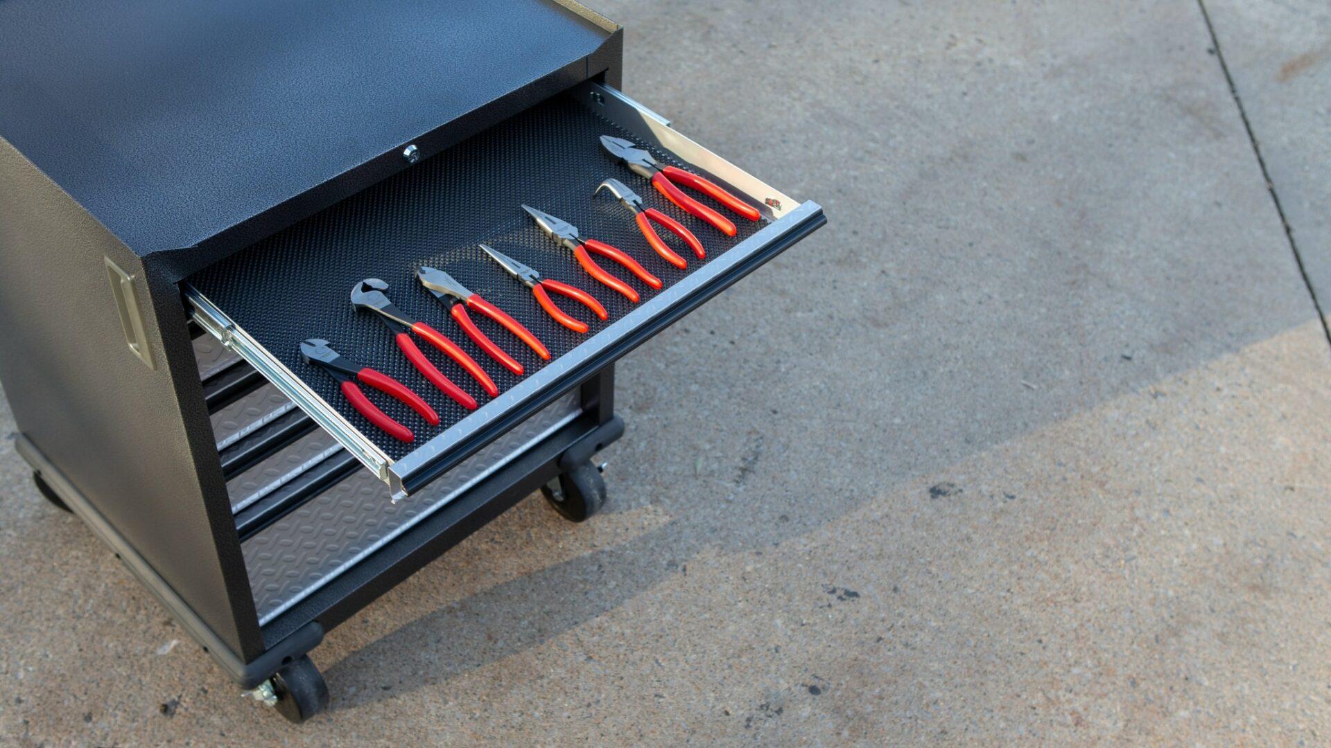 Kvalitní vybavení dílny je kovové, robustní aflexibilní. Poradíme, jak se vněm vyznat