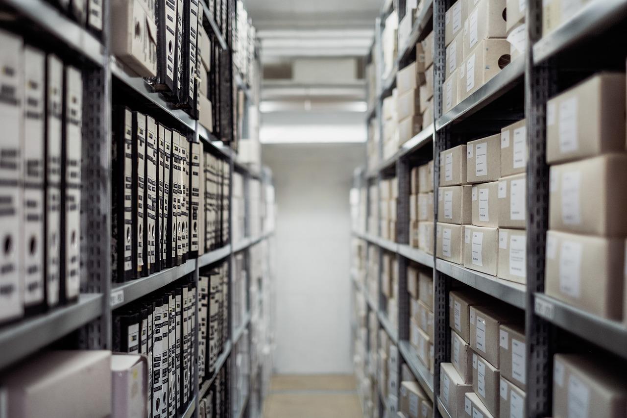 Přehled policových regálů: jaké se nejlépe hodí do kanceláře, dílny nebo na skladování potravin?